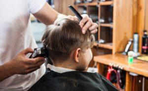 散髪する子の写真