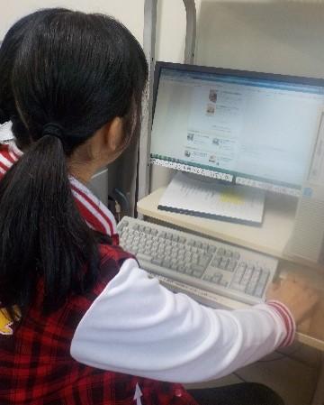 ネットでレシピ検索をする写真